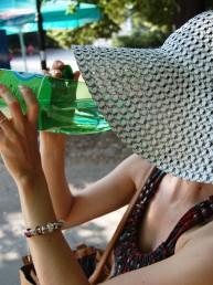 Kobieta pijąca wodę mineralną