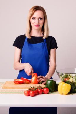 kobieta krojaca pomidory