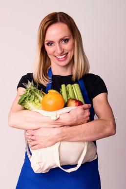 kobieta trzymajaca torbe z warzywami